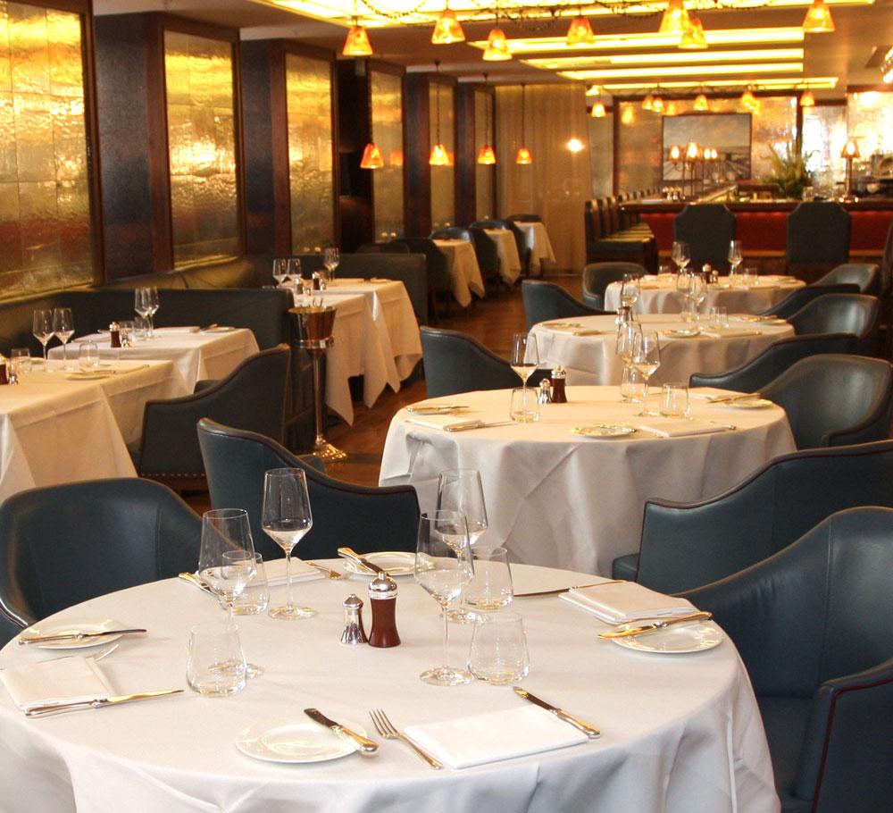 Restaurantul Corrigan's Mayfair, din Londra. Artist: John Reyntiens.