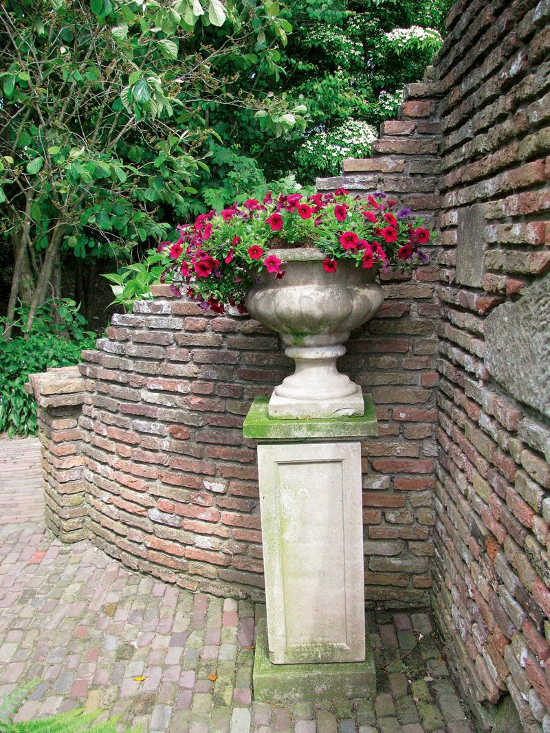cupa din piatra cu flori