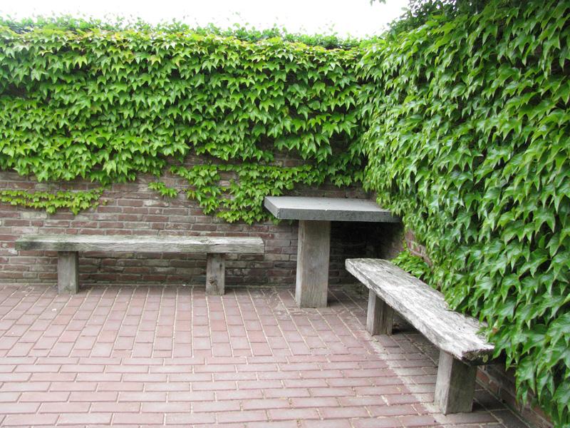 loc de odihna delimitat de ziduri din caramida